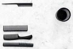 Escritorio del trabajo del peluquero con las herramientas para el pelo que diseña en el espacio de piedra gris de la opinión supe Imagenes de archivo