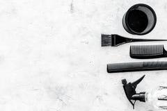 Escritorio del trabajo del peluquero con las herramientas para el pelo que diseña en el espacio de piedra gris de la opinión supe Imagen de archivo libre de regalías