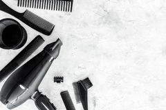 Escritorio del trabajo del peluquero con las herramientas para el pelo que diseña en el espacio de piedra gris de la opinión supe Foto de archivo libre de regalías