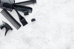 Escritorio del trabajo del peluquero con las herramientas para el pelo que diseña en el espacio de piedra gris de la opinión supe Fotografía de archivo