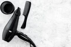 Escritorio del trabajo del peluquero con las herramientas para el pelo que diseña en el espacio de piedra gris de la opinión supe Fotografía de archivo libre de regalías