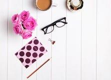 Escritorio elegante Café, flores, vidrios y otros accesorios fotografía de archivo