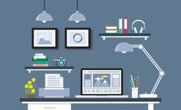 Escritorio moderno con el sistema, los documentos y los efectos de escritorio del ordenador Workpla Imagenes de archivo