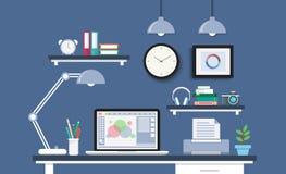 Escritorio moderno con el sistema, los documentos y los efectos de escritorio del ordenador Workpla Foto de archivo