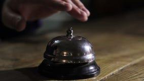 Escritorio moderno del contador de la recepción del hotel con la campana almacen de metraje de vídeo
