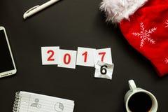 Escritorio negro de la oficina con la opinión superior de la decoración de la Navidad y del Año Nuevo Imagen de archivo