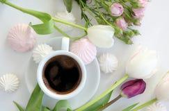 Escritorio plano de la endecha con café y flores Fotos de archivo