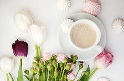 Escritorio plano de la endecha con café y flores imagen de archivo libre de regalías