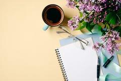Escritorio plano de Ministerio del Interior de la endecha Espacio de trabajo femenino con el cuaderno del Libro Blanco, la taza d fotografía de archivo