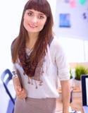 Escritorio que hace una pausa del diseñador de moda atractivo joven en la oficina, sosteniendo carpetas Imagen de archivo