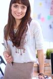 Escritorio que hace una pausa del diseñador de moda atractivo joven en la oficina, sosteniendo carpetas Imagen de archivo libre de regalías