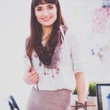 Escritorio que hace una pausa del diseñador de moda atractivo joven en la oficina, sosteniendo carpetas Fotografía de archivo