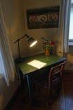 Escritorio rústico con la lámpara en la yegua de Copsa, Rumania Imagenes de archivo