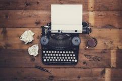 Escritorio retro de la máquina de escribir fotografía de archivo