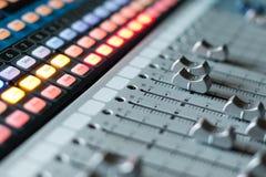 Escritorio sano del mezclador del estudio de grabación: producción profesional de la música imagen de archivo
