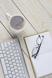 Escritorio vertical con café Fotos de archivo