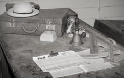 Escritorio viejo de los profesores de escuela   Foto de archivo