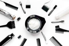 Escritorio woorking del peluquero con las herramientas en la opinión superior del fondo blanco Fotografía de archivo