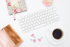 Escritorio y accesorios femeninos en un fondo blanco Imagen diseñada Fotografía de archivo libre de regalías