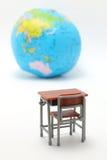 Escritorio y globo miniatura del estudio de la escuela en el fondo blanco Fotografía de archivo