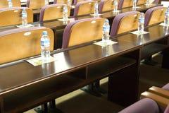 Escritorio y silla en sala de reunión Foto de archivo
