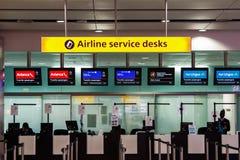 Escritorios de los servicios de línea aérea en el aeropuerto de Heathrow Imagen de archivo
