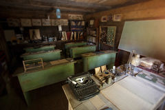 Escritorios de madera viejos en una escuela retra Foto de archivo libre de regalías
