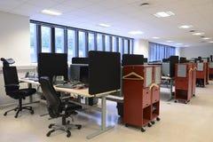 Escritorios y sillas de oficina fotografía de archivo libre de regalías