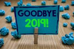 Escritura adiós 2019 del texto de la escritura Tenencia de la pinza de la transición de Eve Milestone Last Month Celebration del  fotos de archivo libres de regalías