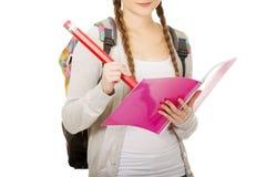 Escritura adolescente de la mujer con el lápiz enorme Foto de archivo libre de regalías