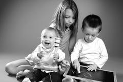 Escritura blanca del preschooler con tiza a bordo Fotos de archivo libres de regalías
