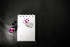 Escritura con el hashtag digital de la muestra de la tinta y de la pluma en libreta Imagen de archivo
