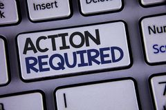 Escritura conceptual de la mano que muestra la acción requerida La foto del negocio que mostraba acto importante necesitó la tare Foto de archivo libre de regalías