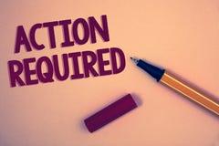 Escritura conceptual de la mano que muestra la acción requerida La foto del negocio que mostraba acto importante necesitó la tare Fotografía de archivo libre de regalías