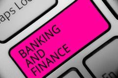 Escritura conceptual de la mano que muestra actividades bancarias y finanzas La contabilidad de la foto del negocio y los interes Fotos de archivo libres de regalías