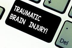 Escritura conceptual de la mano que muestra a Brain Injury traumático Insulto de exhibición de la foto del negocio al cerebro de  fotos de archivo