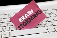 Escritura conceptual de la mano que muestra a Brain Storming Ideas que se convierten estimulantes de exhibición Discu del pensami imagen de archivo