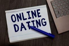 Escritura conceptual de la mano que muestra la datación en línea El texto de la foto del negocio que busca las relaciones a juego fotografía de archivo