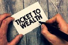 Escritura conceptual de la mano que muestra el boleto a la riqueza Rueda de exhibición de la foto del negocio del paso de la fort fotografía de archivo