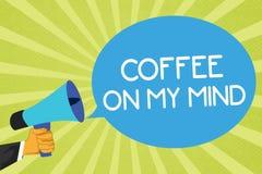 Escritura conceptual de la mano que muestra el café en mi mente Apego de exhibición de la foto del negocio al café Starbucks que  stock de ilustración