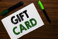 Escritura conceptual de la mano que muestra el carte cadeaux Presente del texto A de la foto del negocio hecho generalmente del p fotos de archivo libres de regalías