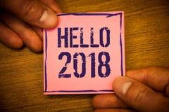 Escritura conceptual de la mano que muestra el hola 2018 El texto de las fotos del negocio que comienza un mensaje de motivación  Fotografía de archivo