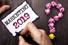 Escritura conceptual de la mano que muestra el márketing 2019 Nuevo comienzo de las estrategias del mercado del Año Nuevo del tex Foto de archivo