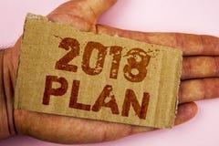 Escritura conceptual de la mano que muestra el plan 2018 Metas desafiadoras de exhibición de las ideas de la foto del negocio par Imagen de archivo libre de regalías