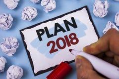 Escritura conceptual de la mano que muestra el plan 2018 Metas desafiadoras de las ideas del texto de la foto del negocio para qu Fotografía de archivo