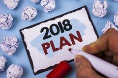 Escritura conceptual de la mano que muestra el plan 2018 Metas desafiadoras de las ideas del texto de la foto del negocio para qu Imagenes de archivo