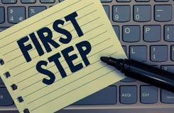 Escritura conceptual de la mano que muestra el primer paso Foto del negocio que muestra referente al comienzo de cierto proceso o fotografía de archivo libre de regalías