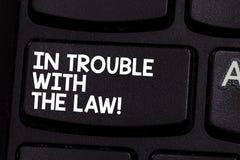 Escritura conceptual de la mano que muestra en problemas con la ley Foto del negocio que muestra acciones criminales del crimen l imagen de archivo libre de regalías