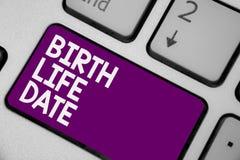 Escritura conceptual de la mano que muestra la fecha de la vida del nacimiento Día de exhibición de la foto del negocio un bebé v foto de archivo libre de regalías