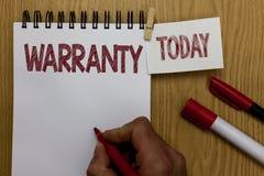 Escritura conceptual de la mano que muestra la garantía El servicio gratuito del texto de la foto del negocio de la reparación y  fotografía de archivo